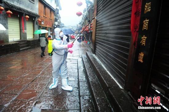 7月17日,湖南凤凰古城内部洪水已消退,淤泥和杂物散落在古城区各个角落。城内的居民、商户和各部门人员均出动,对古城区进行全面清扫。同时,为了防止疫情,工作人员也对街道进行清淤和消毒。 杨华峰 摄