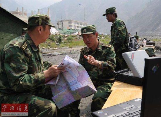 许勇(左二)在汶川县映秀镇指挥抗震救灾(2008年5月16日摄)。新华社记者陈树根摄