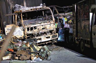 工作人员正在大客车内勘查。7月19日,沪昆高速邵阳段发生车祸事故已造成43人死4人重伤。新京报记者 周岗峰 摄