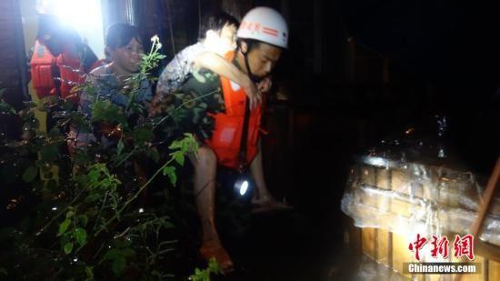"""受第10号台风""""麦德姆""""影响,24日福州各地普降暴雨,城市内涝严重,造成多名群众被困。据福州消防介绍,截止24日12时,仅福州晋安区消防部门已营救出被困群众20人,疏散180余人,没有造成人员伤亡。黄绿荣 摄"""