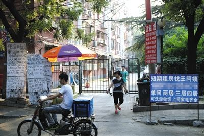 昨日,紫竹院街道魏北社区门口张贴的租房公告显示,日租价格在60元到100元不等。新京报记者 周岗峰 摄