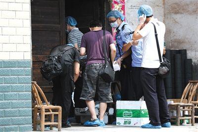 昨日,湖南株洲,警方正在勘查命案现场。当日,该市石峰区九塘村发生一起命案,一家六口人在家中惨遭杀害。图/CFP