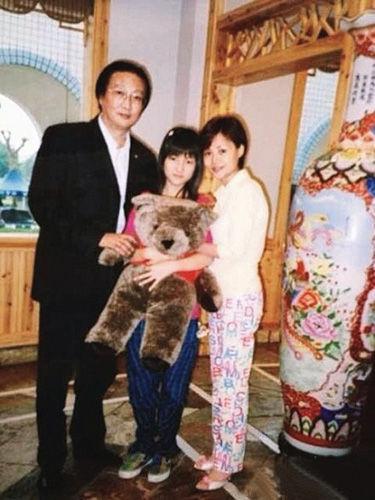 郭美美14岁生日时与父母的合影。(图片来自郭美美微博)