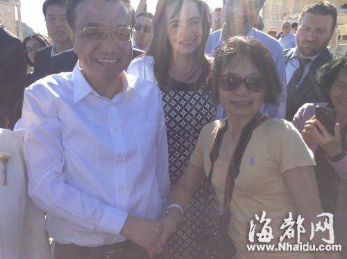 在希腊出访的国务院总理李克强偶遇福州人薛平,热情邀请她一起合影,友人帮她瞬间抓拍