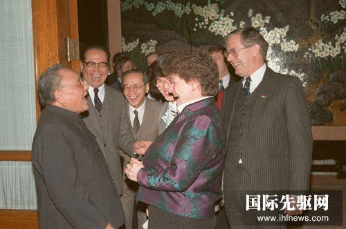 """图为1988年1月20日,邓小平在会见挪威首相布伦特兰夫人时说:""""我今年84岁,该退休了。""""但翻译误将""""84岁""""译成""""48岁"""",引得宾主一阵欢笑。 新华社"""
