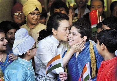 9月18日,印度新德里,彭丽媛访问泰戈尔学校,与儿童亲密互动。