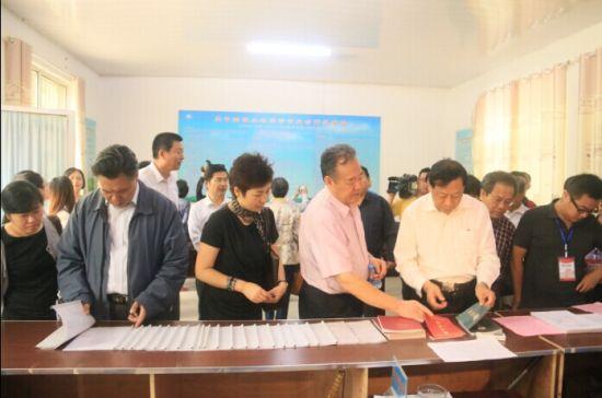 9月27日,40余位专家齐聚东平考察东平土地股份合作社,与会专家对当地土地股份合作社表现出极大兴趣。