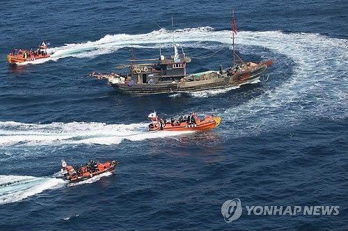 """当地时间10日上午8时30分许,在韩国全罗北道扶安郡以西144公里海上,一艘中国渔船""""鲁营渔50987号""""上的渔民遭到韩国海警方盘查。(韩联社)"""