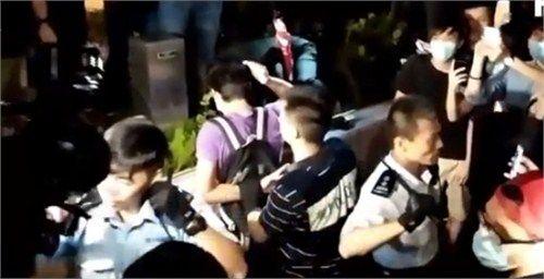 """16日,3警察沉着应对""""占中""""者包围的视频在网络热传(视频截图)"""