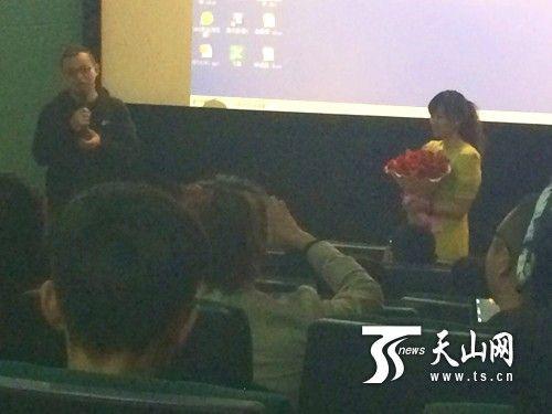 乌鲁木齐一影院上演浪漫求婚