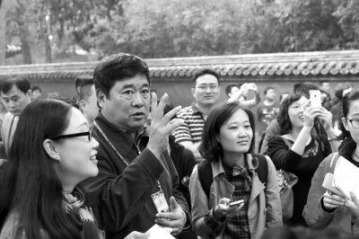 2014年10月10日,单霁翔带领媒体记者参观故宫御花园新恢复的水法景观。京华时报记者王海欣摄