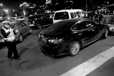 """昨晚8点,在日坛路上,民警拦 下一辆闯限车。该车司机说,""""我以为到了8点,限行时间就结束了,还专门等到8点才出门。"""""""