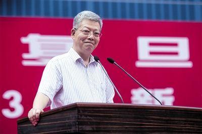 2013年9月6日,上海复旦大学,校长杨玉良在2013级新生开学典礼上致辞。图/CFP