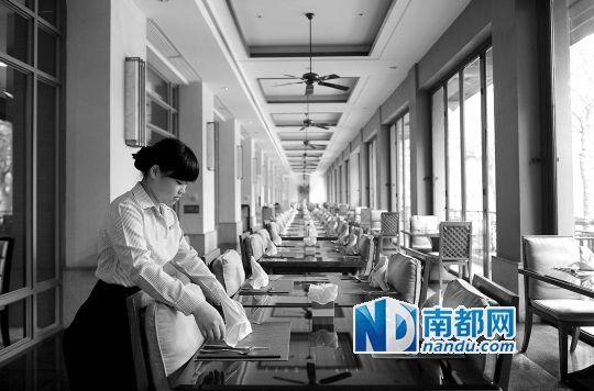 某星级酒店调低了餐厅的价位,取消了包房的最低消费,希望以此提升人气。南都记者 梁清 摄