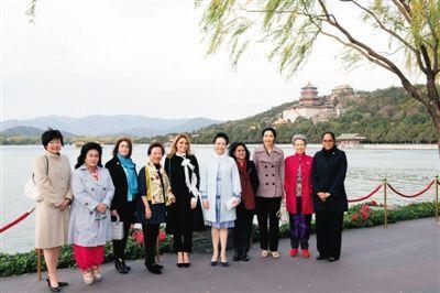 昨日,颐和园昆明湖畔,彭丽媛和部分经济体领导人或代表的夫人合影。新华社记者 黄敬文 摄