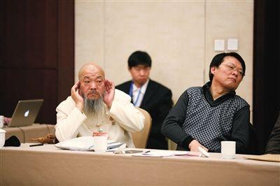 今年1月15日,北京国际会议中心,委员在小组讨论中聆听其他委员发言。新京报记者 侯少卿 摄