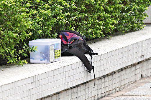 现场找到的死者遗物。香港《新报》图