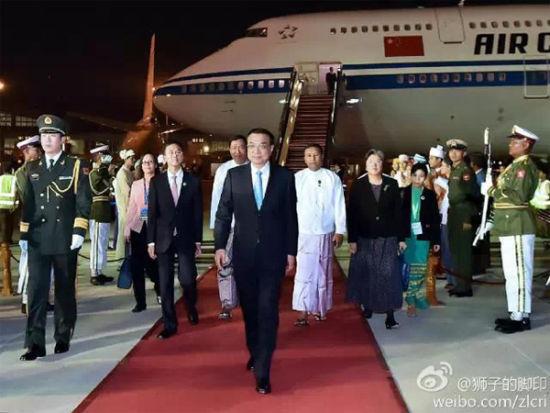 12日晚,李克强总理抵达内比都。缅甸政府高级官员到机场迎接,缅方在机场举行了欢迎仪式。