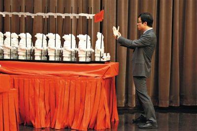 昨日,国家会议中心,一男子在拍摄APEC会议期间展示过的糖粉雕塑。本版摄影/新京报记者 王嘉宁