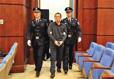 杨秀宇被带入法庭。昨日,杨秀宇及女下属卢梅因非法经营罪获刑4年、一年半并处罚金。