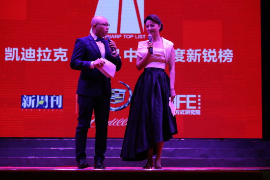 2014年12月13日晚,2014中年度新锐榜在大理举行。图为主持人王凯、刘芳菲。