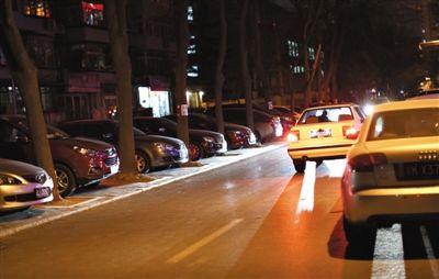 昨日,安贞里小区,树两边和路侧都停满了车。记者走访发现,北京许多老小区面临停车难等问题。新京报记者 浦峰 摄