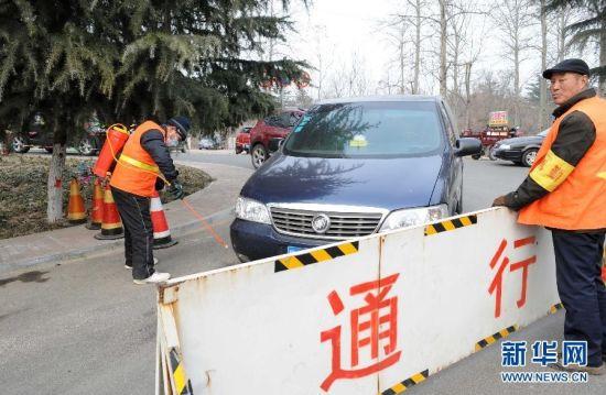 1月17日,工作人员对出入三门峡黄河湿地观鸟景区车辆进行消毒。新华社记者朱祥摄