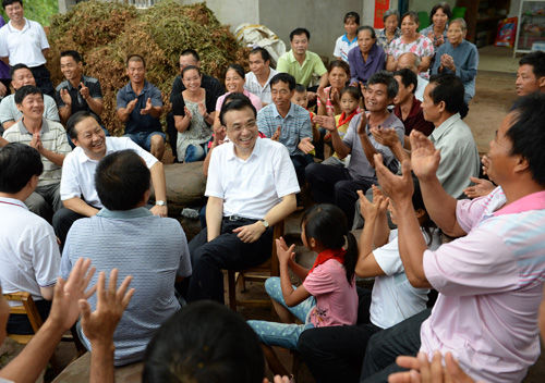 2013年7月9日,南宁坛良村村口大榕树下,李克强总理和村民们在一起。