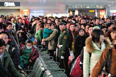 昨日,北京西站,候车室内武警正维持秩序。春运第二日,北京西站发送旅客16万余人。新京报记者 周岗峰 摄
