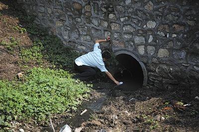 2013年9月6日,北京环保监察人员对通州一家纸品包装企业排放的污水进行取样。该公司没有污水处理设施,涉嫌直排。资料图片/新京报记者 王叔坤 摄
