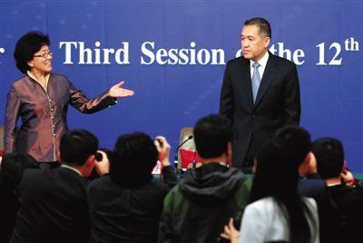 昨日,梅地亚中心,十二届全国人大三次会议记者会,主持人王效云介绍国家工商总局局长张茅(右)。 新京报记者 薛珺 摄