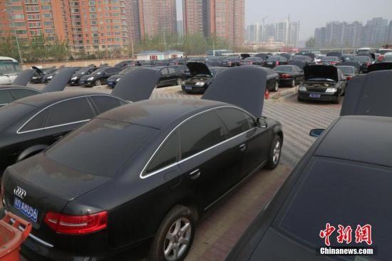 4月9日,第三轮地方和国度构造取缔公车专场拍卖会在北京花乡旧灵活车商场举办预展。中新社发 刘宪国 摄