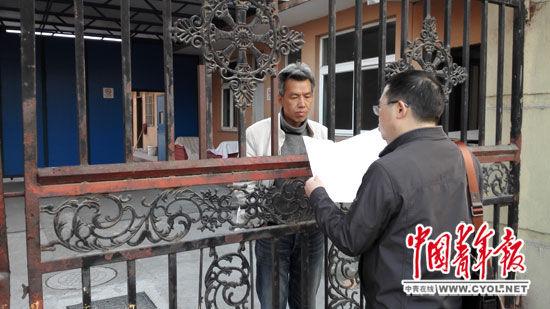 4月14日傍晚,经过近一个小时沟通、反复强调精神病人不是犯人、请来民警协调后,律师杨卫华得到一个隔着铁栅栏向徐为宣读判决书的机会。当天的法庭宣判让徐为离开上海青春精神病康复院的希望破灭,他表示会在与律师协商后决定是否上诉。本报记者王烨捷/摄