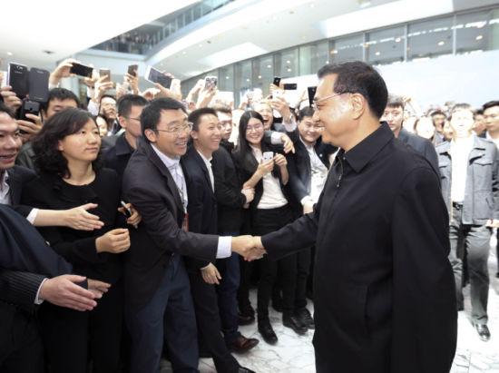 17日,中共中央政治局常委、国务院总理李克强来到国家开发银行和中国工商银行考察并主持召开座谈会。