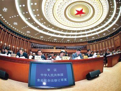 昨日,食品安全法修订草案提交十二届全国人大常委会第十四次会议进行三审。 新华社记者 李涛 摄