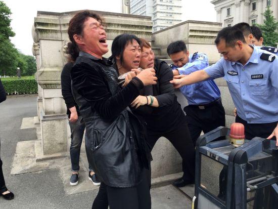 22日上午7时04分,浙江温岭市人民法院门口,连恩青妹妹连巧巧在警员的带领下进入温岭市人民法院,前往温岭市看守所见连恩青最后一面。