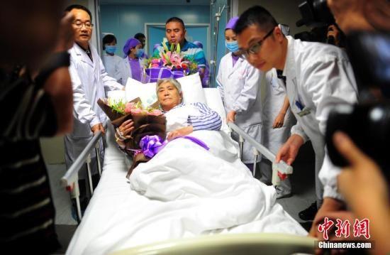"""6月7日,湖北监利人民医院,""""东方之星""""客轮获救伤者朱红美从ICU病房转出,转入综合病区继续观察治疗。中新社发 张畅 摄"""