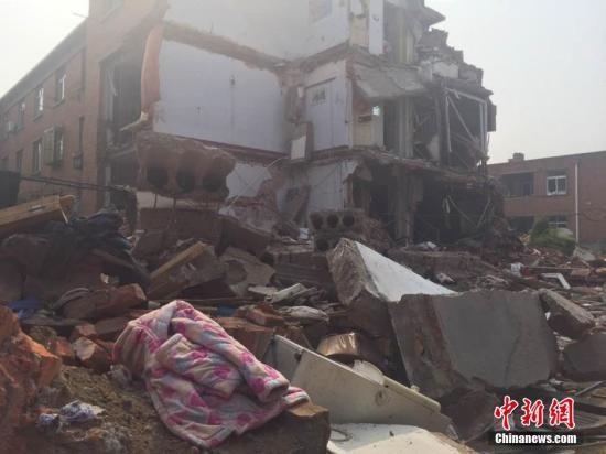 5月31日早间5时47分,辽宁省葫芦岛市化工十一区居民楼发生爆炸,爆炸致一侧楼体倒塌,其中3户完全倒塌,另有3户损毁严重。图为事故发生现场。宫旭
