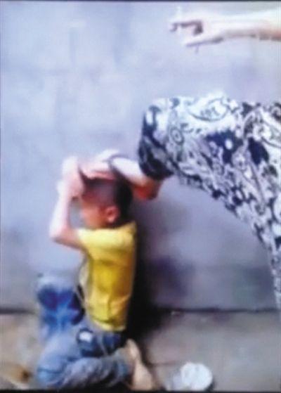 小毛遭遇暴力殴打的视频引发广泛关注。视频截图
