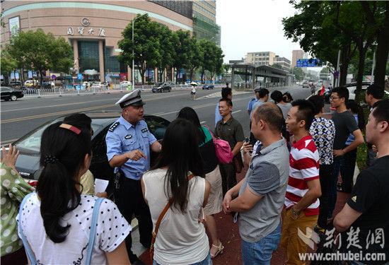 记者体验宜昌BRT交警解答沿线交通出行问题