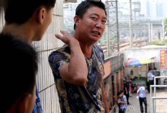 现场一位姓李的目击者称,凶手从他身边跑过,拿刀砍向一名老太太,目击者称,他自己差点摔了在地上。