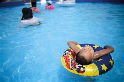 亦庄,市民在水上游乐园戏水。昨日是入伏第一天,北京的气温创下今年新高。新京报记者 王嘉宁 摄