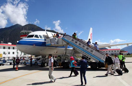 北京—林芝首航航班旅客到达