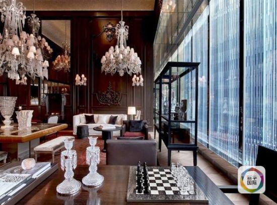 从接待大厅到酒店走廊、房间、卫生间,到处都能看到漂亮精致形态各异的巴卡拉水晶制品。