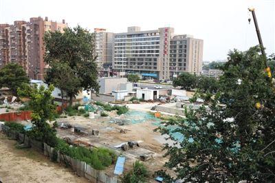昨天,瓷器口地铁站F口西侧,原曹雪芹旧居已被撤除,并用开工围墙围住。新京报练习生 卢淑婵 摄