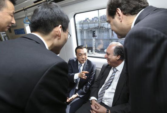2015年5月20日,出访巴西的李克强总理在里约热内卢州官伴随下,登上国家北车长春客车公司为里约奥运专线制作的地铁列车,体会其启动、减速、加速泊车等运转的全进程。