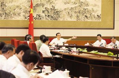 8月21日,李克强在国务院专题讲座听取教授引见后作紧张发言。 新华社发