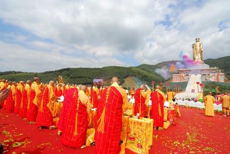 组图:众高僧在大佛前祈福平安