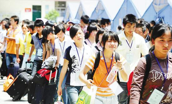 四川斯斯灾区首批271名中职生昨启程来浙派尔高中广元图片