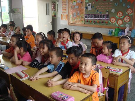 他们从初中部一直走到小学部,小学里的哥哥姐姐们正在上课,他们的课桌椅排地整整齐齐的,坐地端端正正的,专心致志地在听讲.天杭带队的老师非常热情地接待了孩子们,并带着他们到了二年级的一个班级里,哥哥、姐姐们看见小朋友也都非常地高兴,和小朋友们一起做卡片,一起拍照留念.